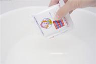 お湯におてんばリエちゃんを入れ、よく攪拌して溶かす