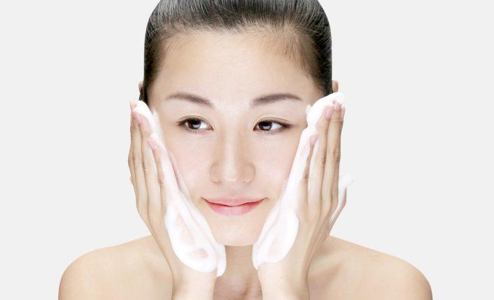 石鹸の泡で包み込むように洗顔します
